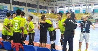 Pelatih Futsal Jawa Timur, Vennard Hutabarat bersama tim asuhannya.
