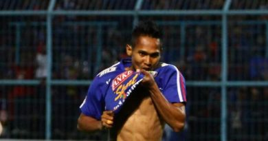 SELEBRASI - Hendro Siswanto, gelandang merayakan gol pertama yang dicetak ke gawang Bali United dalam Babak Delapan Besar Piala Presiden 2015 di Stadion Kanjuruhan Kepanjen, Kabupaten Malang, Jawa Timur, Sabtu (19/9/2015). Arema Cronus unggul atas Bali United dengan skor 2-1. SURYA/HAYU YUDHA PRABOWO