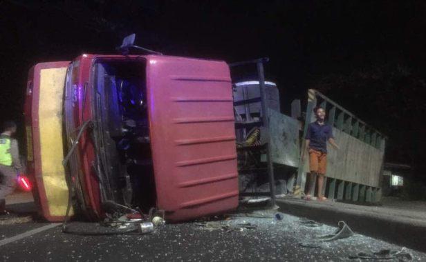 Kecelakaan Dinihari Truk Kontainer Terguling Suryakabar Com