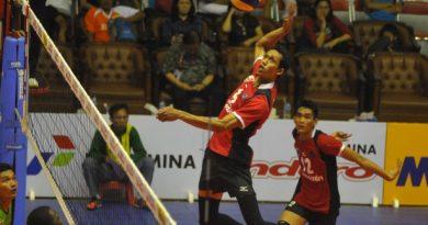 surya/erfan hazransyah  Pemain Surabaya Samator Mahfud Nurcahyadi berusaha melepaskan smash keras, pada Voli Proliga 2015 di GOR Tri Darma Gresik, Minggu (8/3)