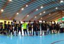 Pemain dan Ofisial Tim Peserta Turnamen Futsal Hari Oeang 2017 Mengheningkan Cipta untuk Almarhum Choirul Huda