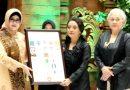 Bude Karwo Terima Penghargaan dari 31 Organisasi Wanita dan Kemasyarakatan Jatim
