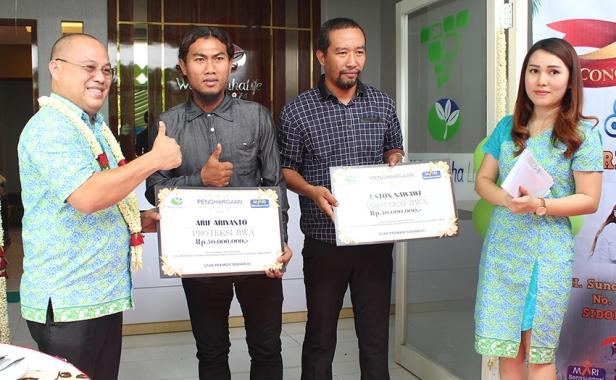 a2_Penyerahan secara simbolis asuransi jiwa kepada pemain sepakbola Deltras Sidoarjo Arif Ariyanto