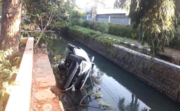 mobil masuk sungai buduran