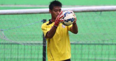 LATIHAN - Kurnia Meiga menangkap bola dalam latihan Arema Cronus  di Stadion Gajayana Malang, Senin (7/12/2015). Latihan Arema Cronus ini untuk persiapan babak delapan besar Piala Jenderal Sudirman. SURYA/HAYU YUDHA PRABOWO