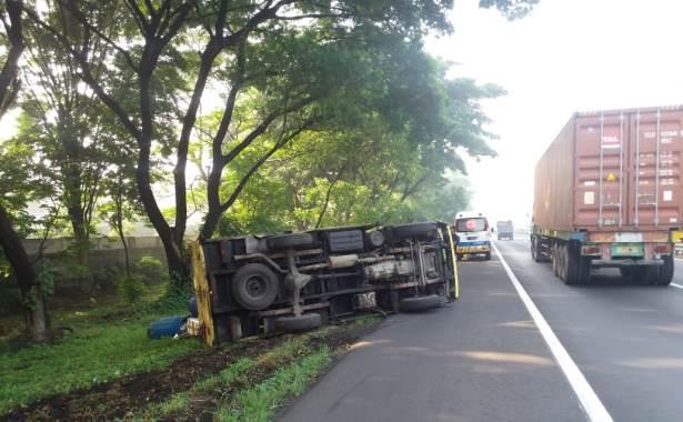 truk terguling 1