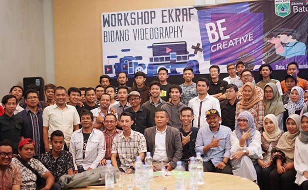Peserta Workshop Ekraf Bidang Videography saat sesi foto bersama nara sumber Inzaghi Gigantara Solusindo
