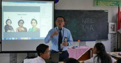 neil mengajar