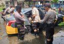 Terdampak Banjir, Kapolsek Taman dan Anggota Evakuasi Anak Sekolah