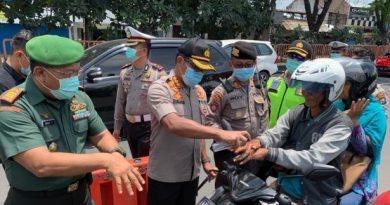 polisi semprot tangan pengendara