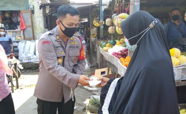 polisi bagi masker