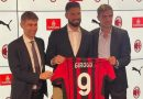 <span style='color:#ff0000;font-size:12px;'>Liga Italia  </span><br> Resmi Gabung AC Milan, Oliver Giroud Kenakan Jersey Nomor 9